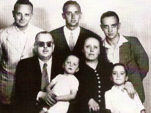 familia-numerosa-miguel-manolo-y-luis-de-pie-jose-antonio-con-su-madre-y-donato-con-su-padre-1941