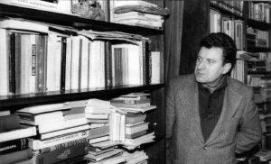 (1961-en su estudio de La Licorera repleto de libros de cine)